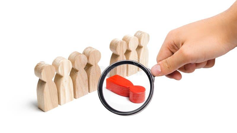 Lupe betrachtet die rote Zahl eines Mannes fällt aus der Linie von Leuten heraus Das Konzept des Druckes und Burnout bei der Arbe stockfotografie