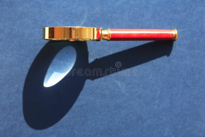 Lupe mit Schatten lizenzfreies stockfoto