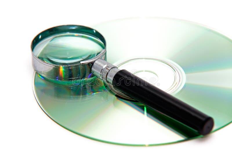 Lupe und CD lizenzfreie stockbilder