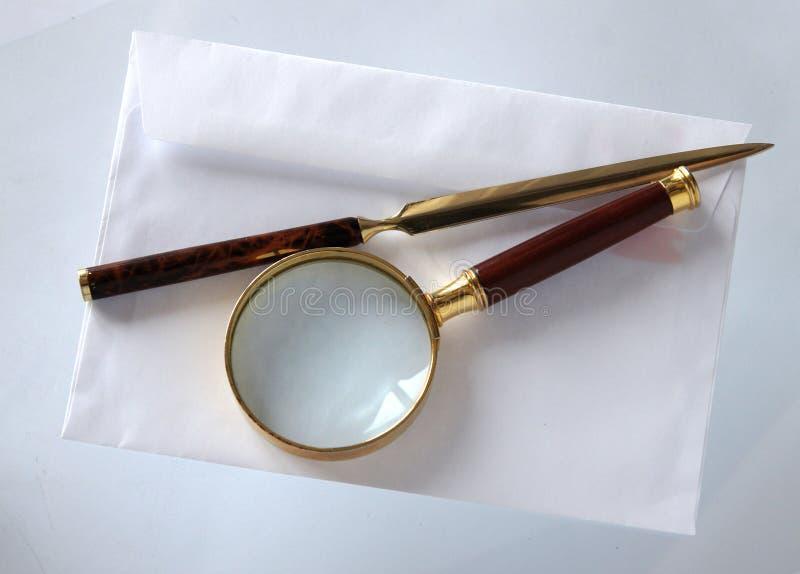 Lupe und ein Brieföffner lizenzfreie stockfotografie