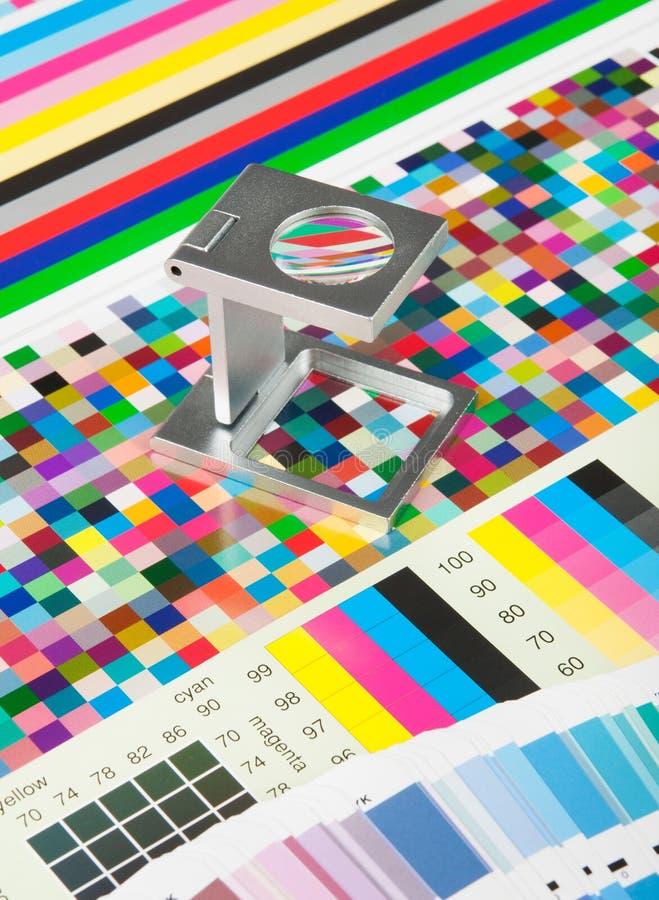 Lupen- und Testdruck lizenzfreies stockbild