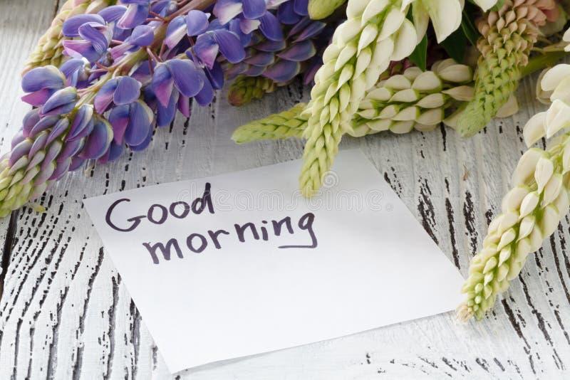 Lupine цветет с карточкой сообщения на старом деревянном столе стоковые фотографии rf