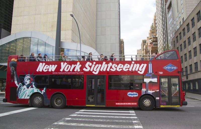 Luppolo facente un giro turistico di New York sul bus Hop off in Manhattan immagini stock