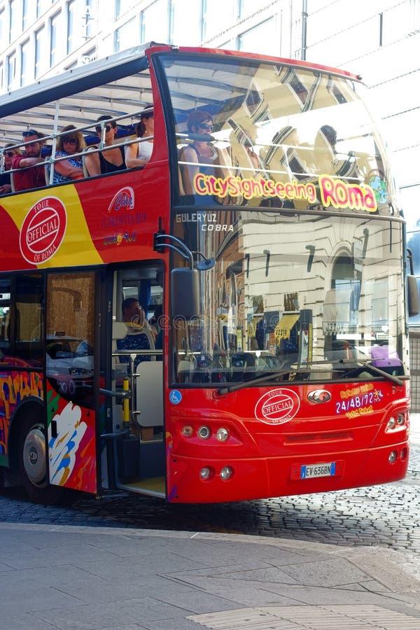 Luppolo rosso facente un giro turistico del bus della città di Roma sopra fuori immagine stock