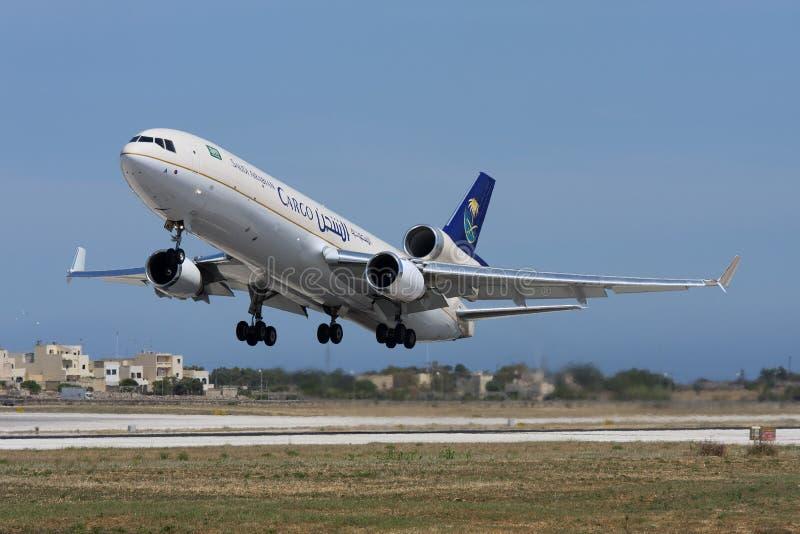LUQA, МАЛЬТА 30-ое мая 2008: Груз McDonnell Douglas MD-11F Saudi Arabian Airlines принимает  стоковое фото