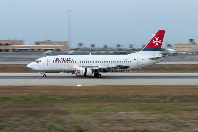 Luqa, Мальта 21-ое июня 2005: 737 приземляясь стоковое фото