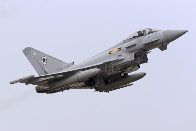 Luqa, Мальта - 20-ое октября 2015: Тайфун RAF принимает  стоковые фотографии rf