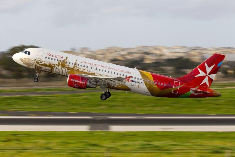 Luqa, Malta 16 Decemeber 2014: El aire Malta A320 saca imagenes de archivo
