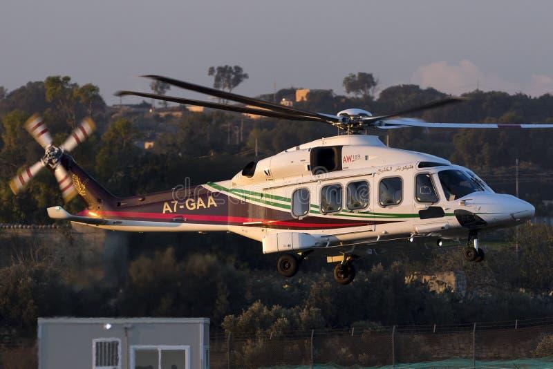 Luqa, Malta - 17 2015 Grudzień: AW189 opuszcza wieża wiertnicza fotografia stock