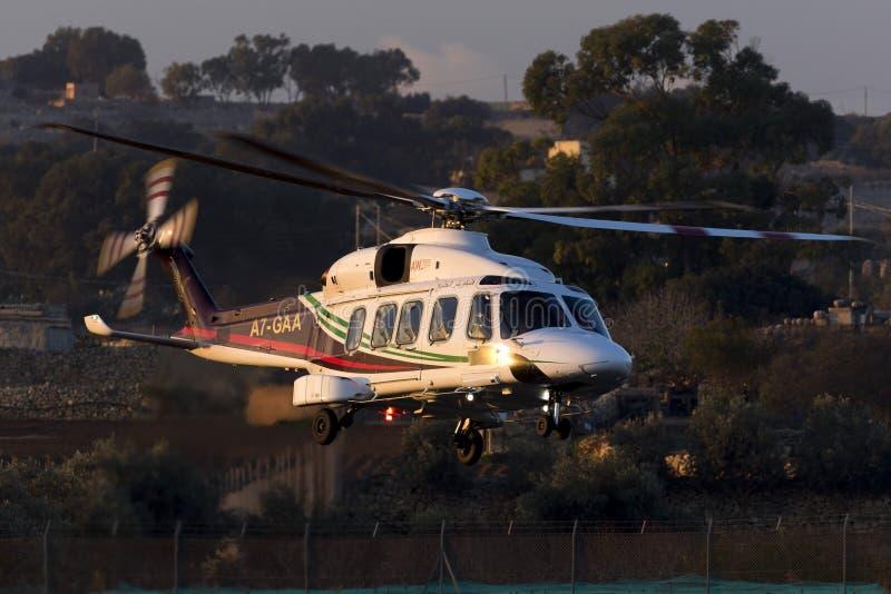 Luqa, Malta - 17 2015 Grudzień: AW189 opuszcza wieża wiertnicza zdjęcie stock