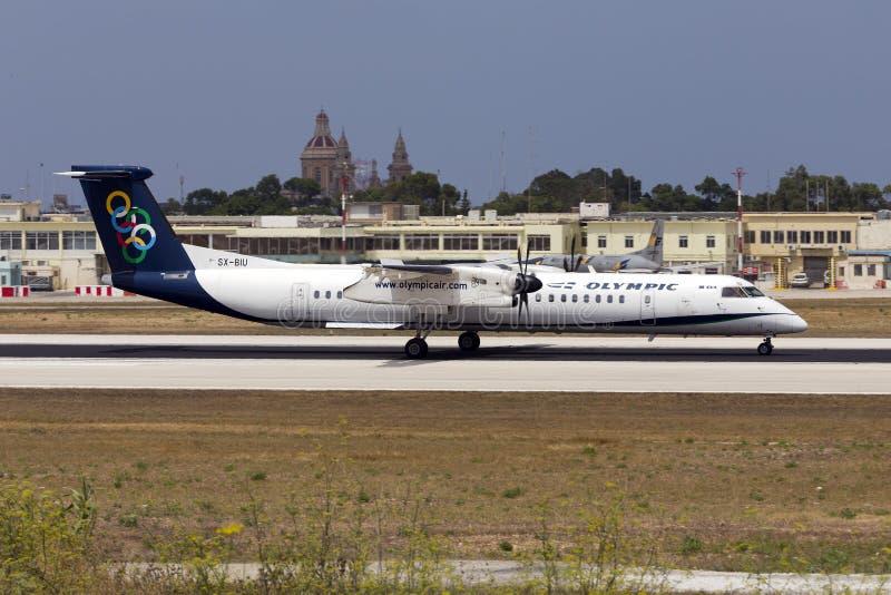 Luqa Malta 11 Juli 2015: Olympisk landning DHC-8 royaltyfri foto