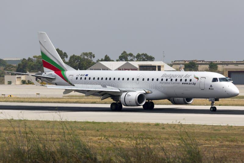 Luqa, Malta am 13. Juni 2015: Passagierflugzeuglandung lizenzfreie stockbilder
