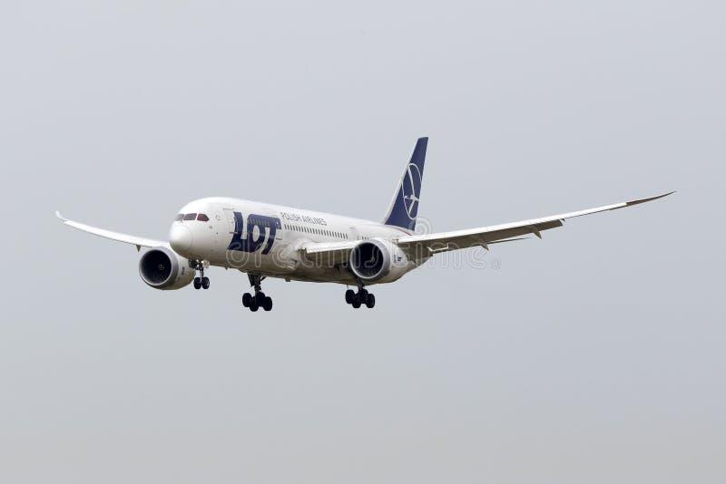 Luqa, Malta 18 Kwiecień, 2015: Polski 787-8 linii lotniczej Boeing desantowy pas startowy 31 zdjęcie stock