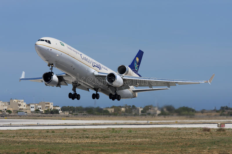 LUQA, MALTA am 30. Mai 2008: Saudi Arabian Airlines-Fracht McDonnell Douglas MD-11F entfernen sich stockfoto