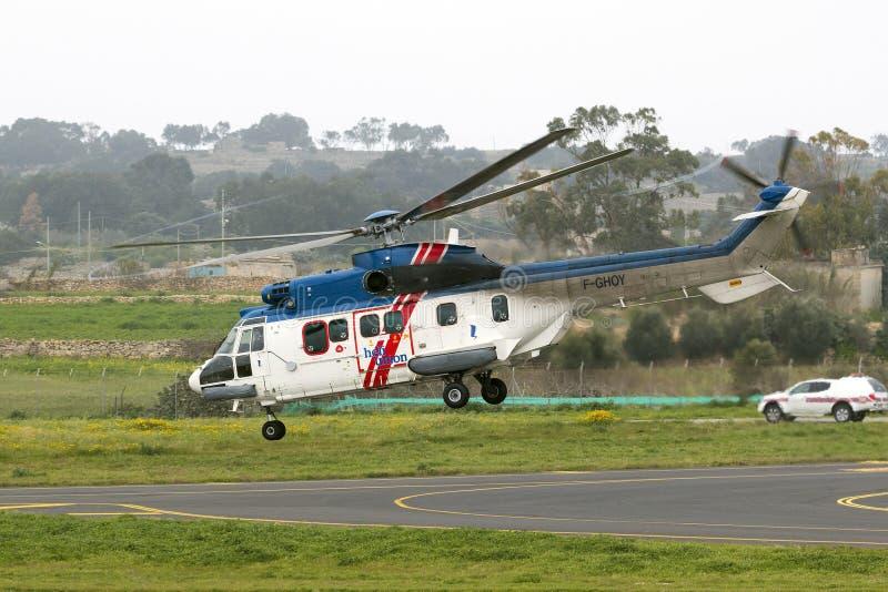 Luqa Malta 17 mars 2015: Heli-union Eurocopter AS-332L1 toppen kuguar som av tar landningsbana 13 arkivbild