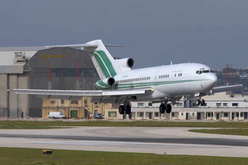 Luqa, Malta - 20 novembre 2007: 727 che atterrano fotografie stock