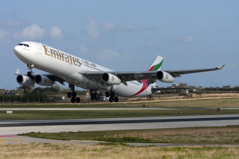 Luqa, Malta, 26 2013 Styczeń: Emiraty Aerobus A340 zdejmowali obraz royalty free