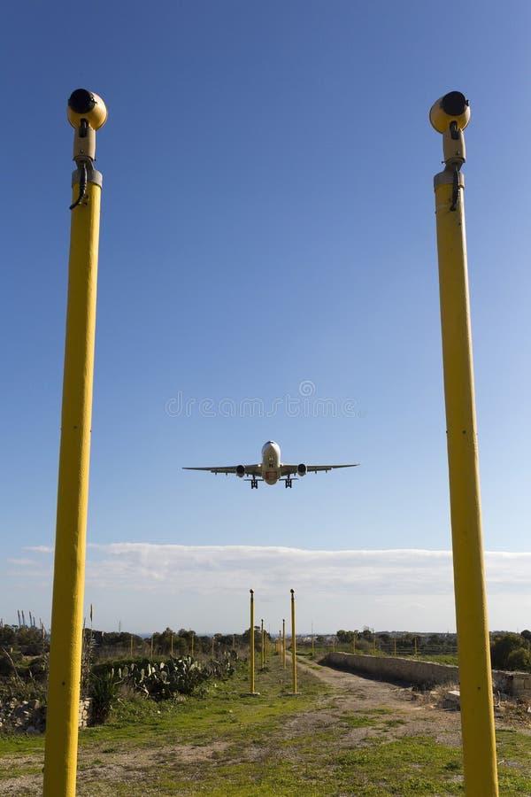 Luqa, Malte le 9 janvier 2015 : Atterrissage des émirats A330 pendant l'après-midi photographie stock libre de droits
