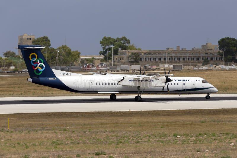 Luqa, Malte le 11 juillet 2015 : Atterrissage DHC-8 olympique photos libres de droits
