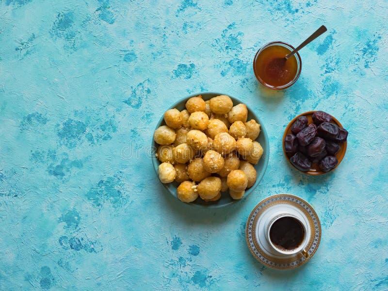 Luqaimat - bolas de masa hervida dulces ?rabes tradicionales Comida dulce del Ramad?n fotos de archivo libres de regalías