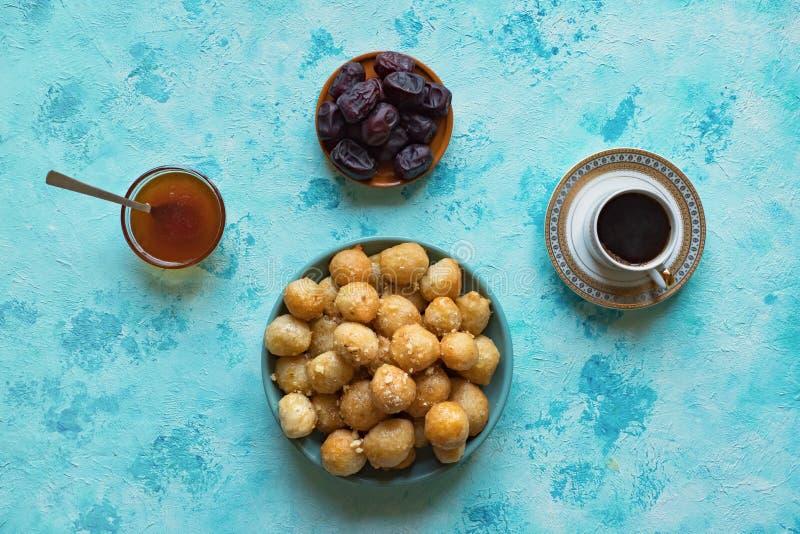 Luqaimat - bolas de masa hervida dulces ?rabes tradicionales Comida dulce del Ramad?n fotografía de archivo