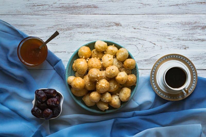Luqaimat - bolas de masa hervida dulces ?rabes tradicionales Comida dulce del Ramad?n imagen de archivo