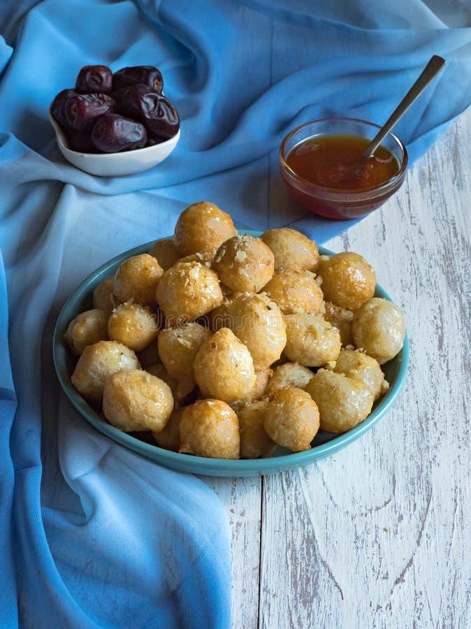 Luqaimat - bolas de masa hervida dulces ?rabes tradicionales Comida dulce del Ramad?n imagen de archivo libre de regalías