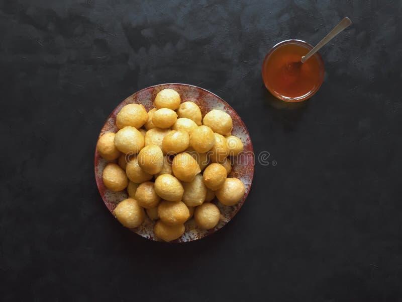 Luqaimat - bolas de masa hervida dulces tradicionales de los UAE imagen de archivo libre de regalías