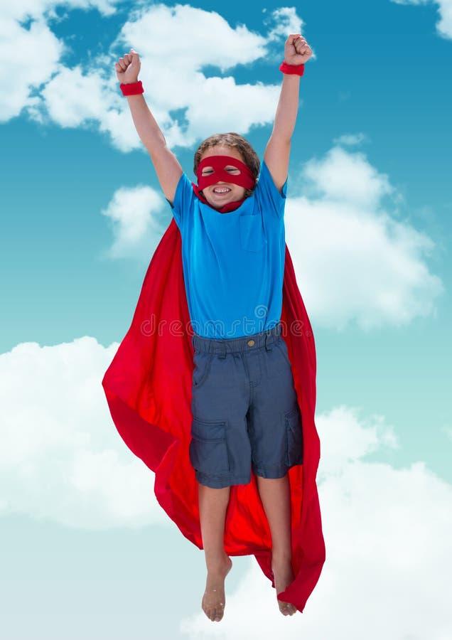 Lura att låtsa som är superheroen mot himmel i bakgrund arkivbilder