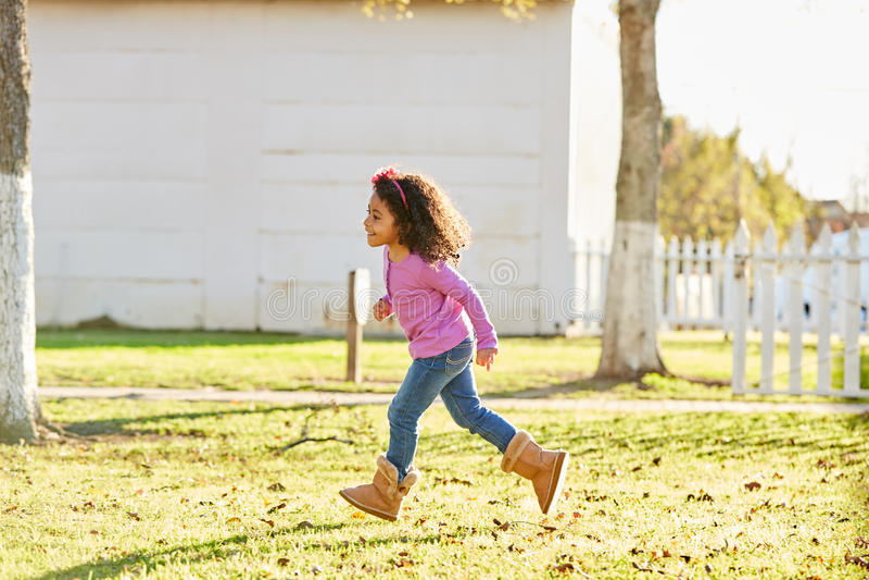 Lura flickan som lilla barnet som spelar att köra in, parkerar utomhus- arkivbild