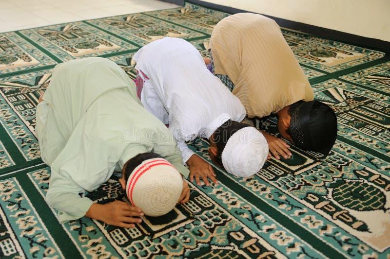 lurar att be för muslim som är ramadan royaltyfri bild