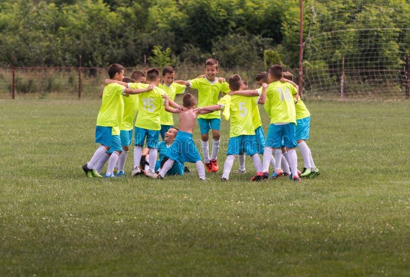 Lurar fotbollfotboll - barnspelare som firar efter victo royaltyfria foton