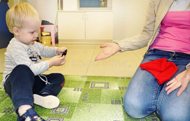 Lurar gruppdanandekonsthantverk i dagis Barn som spenderar tid i daghem med det stora intresset royaltyfri foto