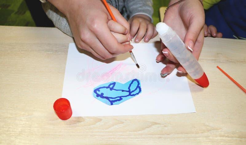 Lurar gruppdanandekonsthantverk i dagis Barn som spenderar tid i daghem med det stora intresset arkivbilder