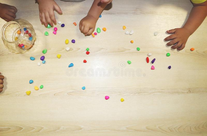 Lurar gruppdanandekonsthantverk i dagis Barn som spenderar tid i daghem med det stora intresset arkivfoton