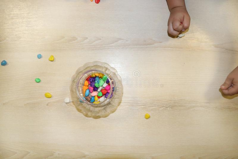 Lurar gruppdanandekonsthantverk i dagis Barn som spenderar tid i daghem med det stora intresset fotografering för bildbyråer