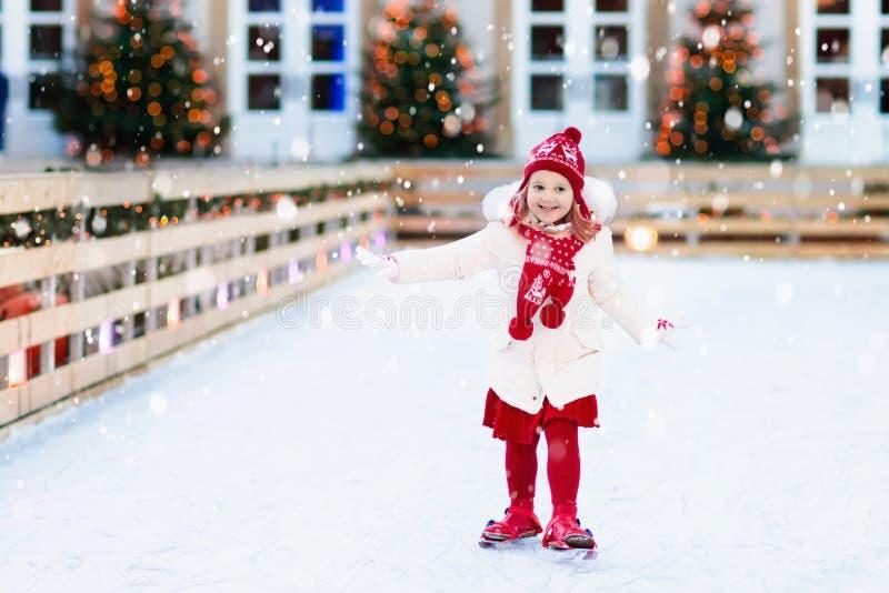 Lurar skridskoåkning i vinter Isskridskor för barn royaltyfria foton