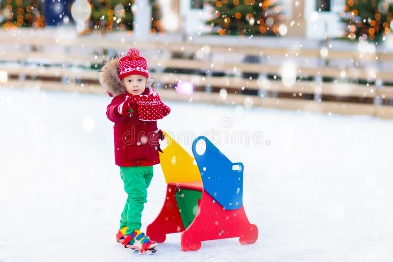 Lurar skridskoåkning i vinter Isskridskor för barn royaltyfri foto