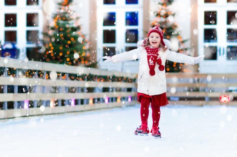Lurar skridskoåkning i vinter Isskridskor för barn royaltyfria bilder