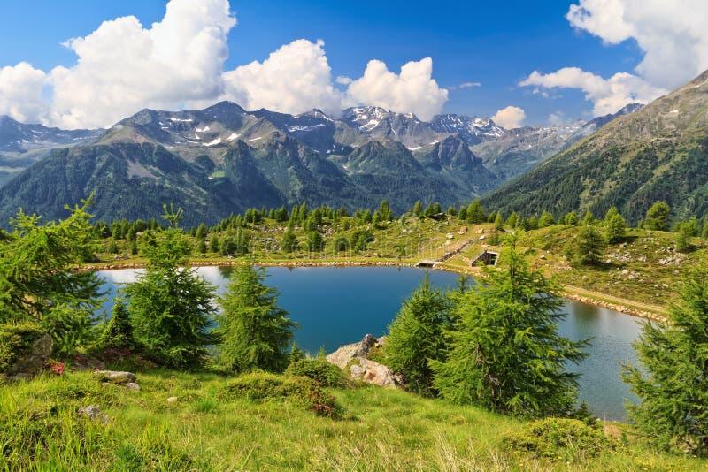 LurdeiGembri sjö i den Pejo dalen arkivbild
