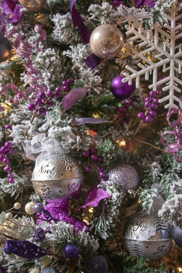 Lush Purple und Silver Decorations auf einem frostigen Weihnachtsbaum stockbild