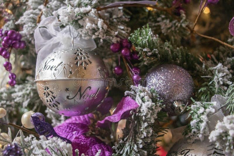 Lush Purple und Silver Decorations auf einem frostigen Weihnachtsbaum lizenzfreie stockbilder