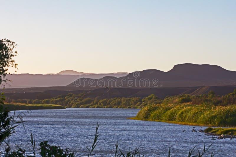 Lush rivier banks of Orange River in de late namiddag royalty-vrije stock fotografie