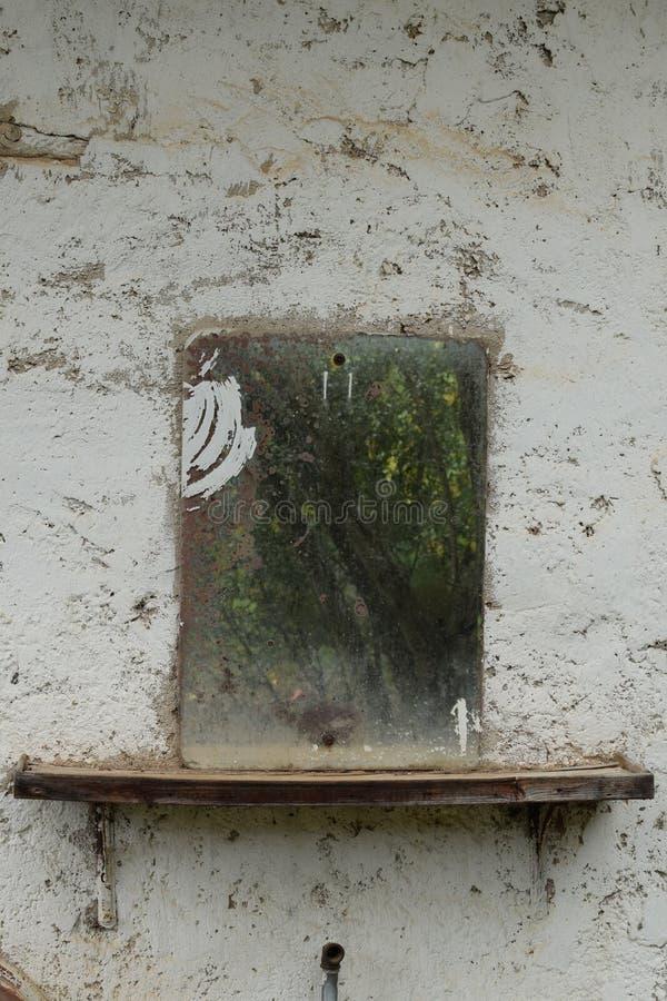 Lusterko na ścianie teksturowanej zdjęcia royalty free