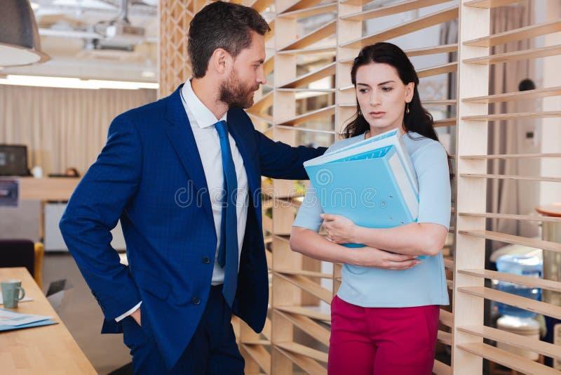 Lustful человек смотря его секретаршю стоковое фото rf