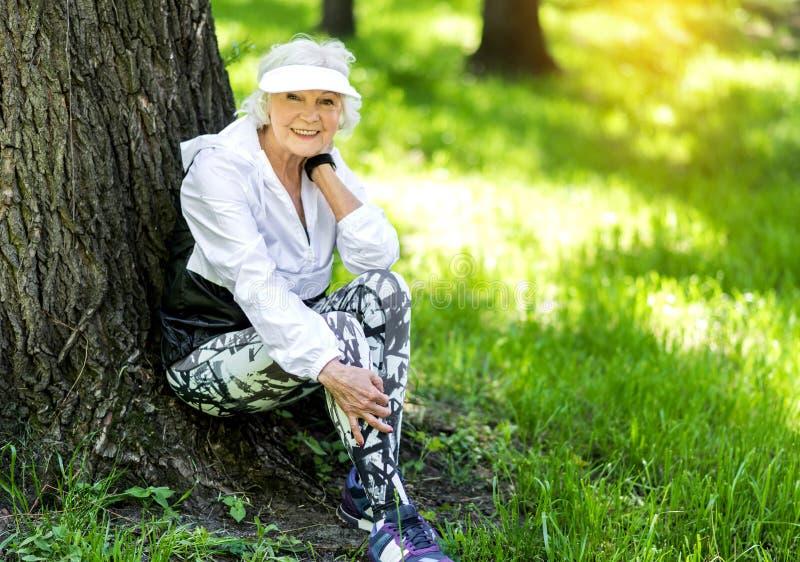 Lustige Alte Frau, Die Rest Nach Der Ausbildung Im Wald Hat Stockfoto - Bild von portrait