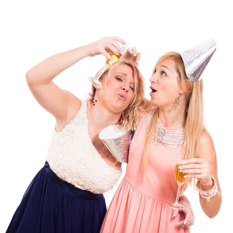 Lustige betrunkene Mädchen feiern lizenzfreie stockfotos