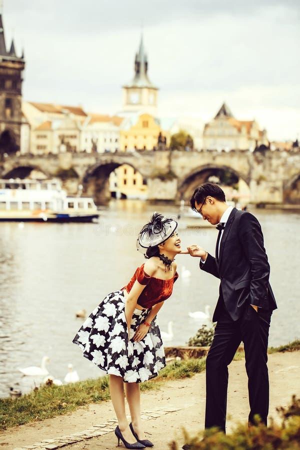 Lustige chinesische Paare lizenzfreie stockfotografie