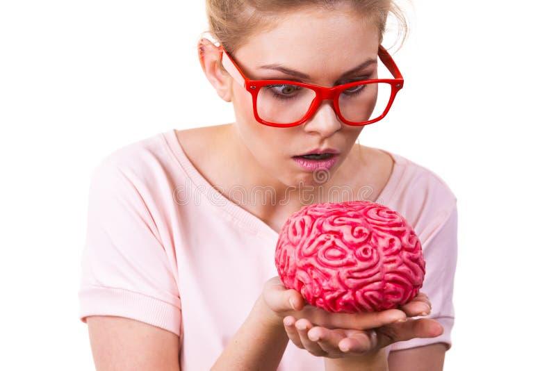 Lustige dumme Frau, die menschliches Gehirn hält lizenzfreies stockbild