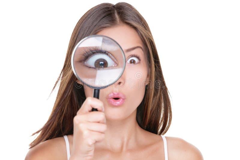 Lustige Frau, die durch Lupe schaut lizenzfreies stockfoto